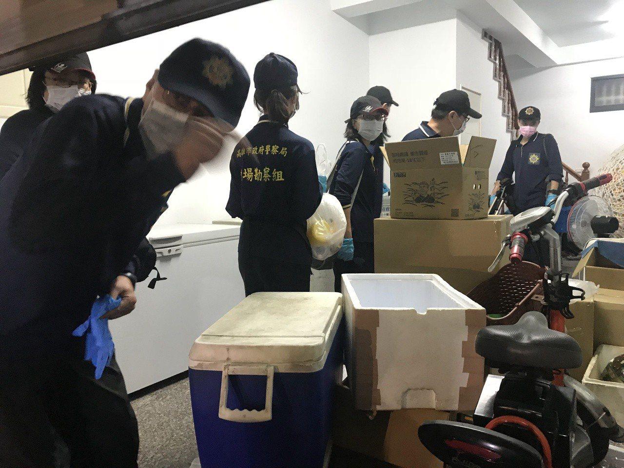 警方鑑識人員進屋內調查。記者林伯驊/攝影