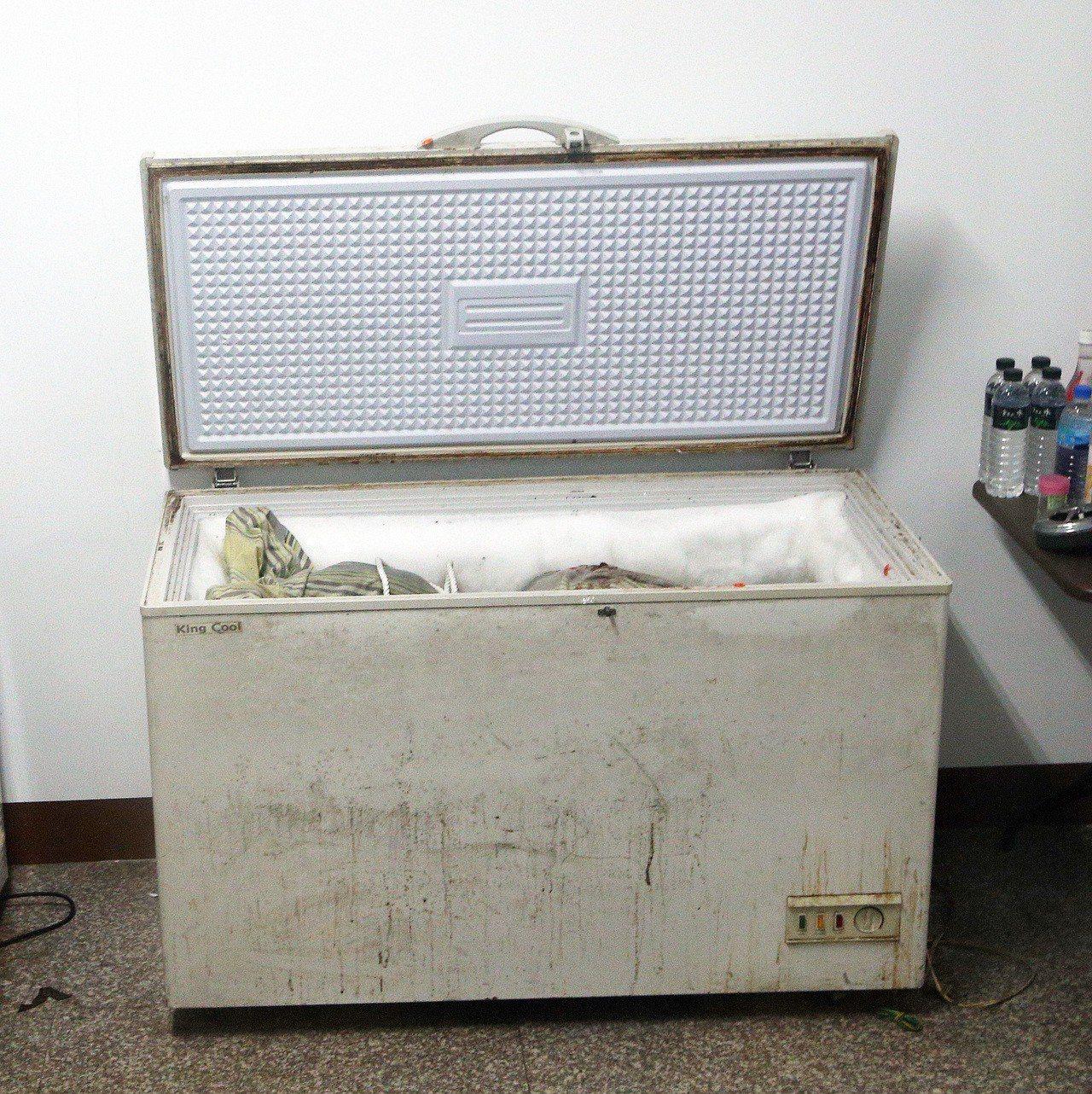 高雄前鎮區發生冷凍庫藏屍命案,現場可見打開的冰箱裡面有棉被包裹物品。記者劉學聖/...