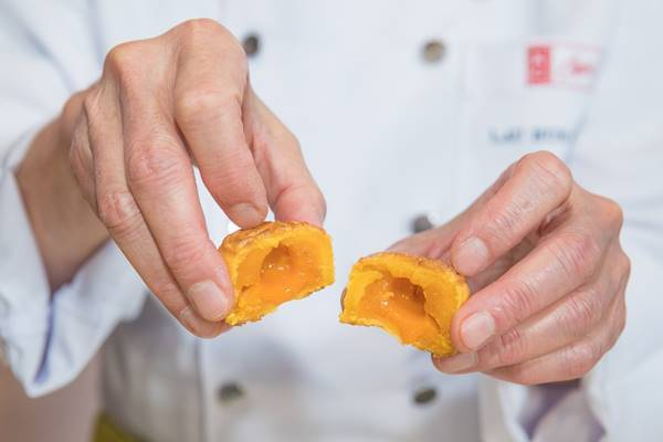 美心月餅的「流心奶黃月餅」,有著獨特口感和濃郁香味,在華人年輕市場大受歡迎,尤其...