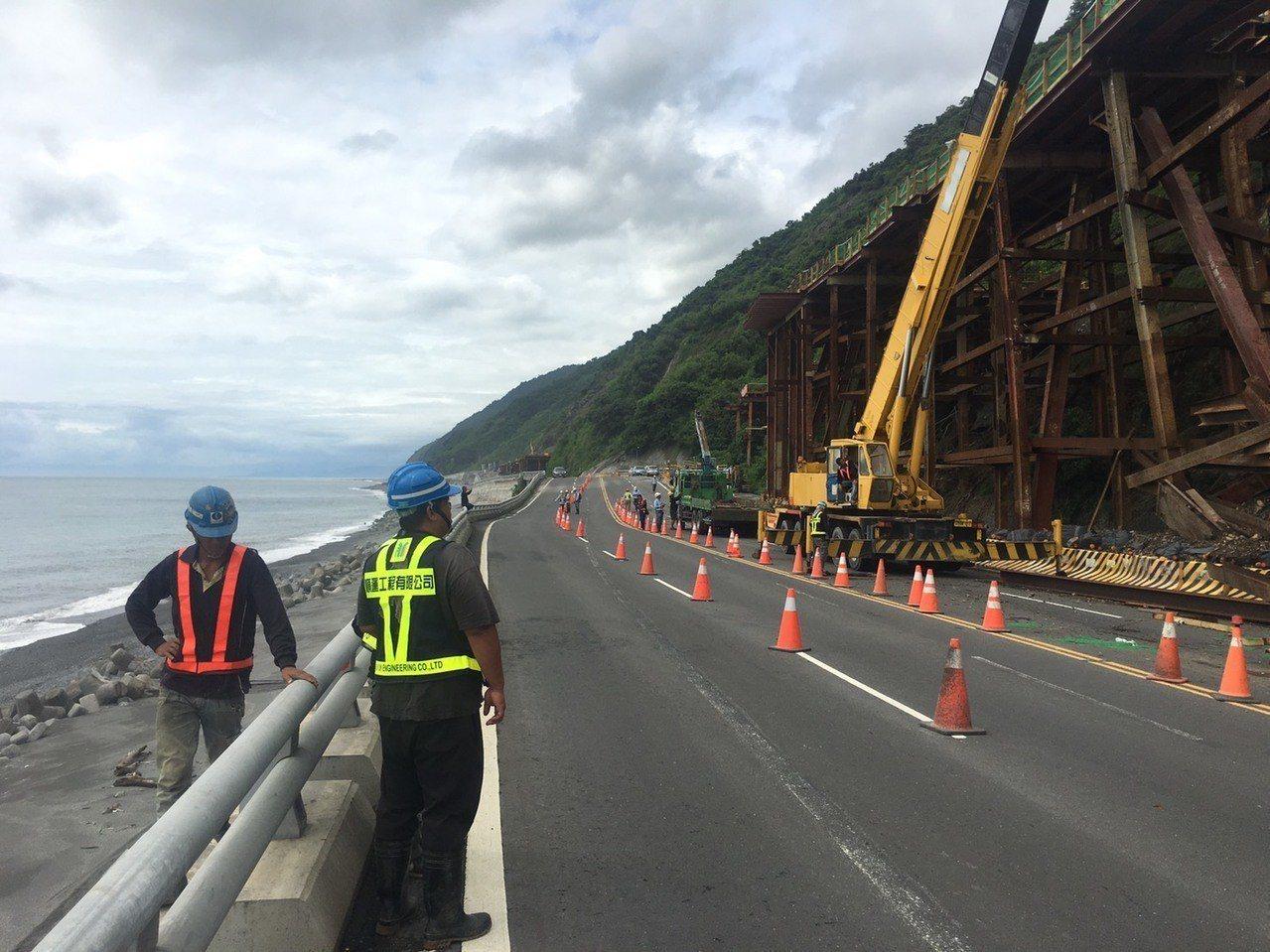 鋼架倒塌影響南下2線車道,目前北上車道開放雙向通行,並實施交管。圖/大武警分局提...