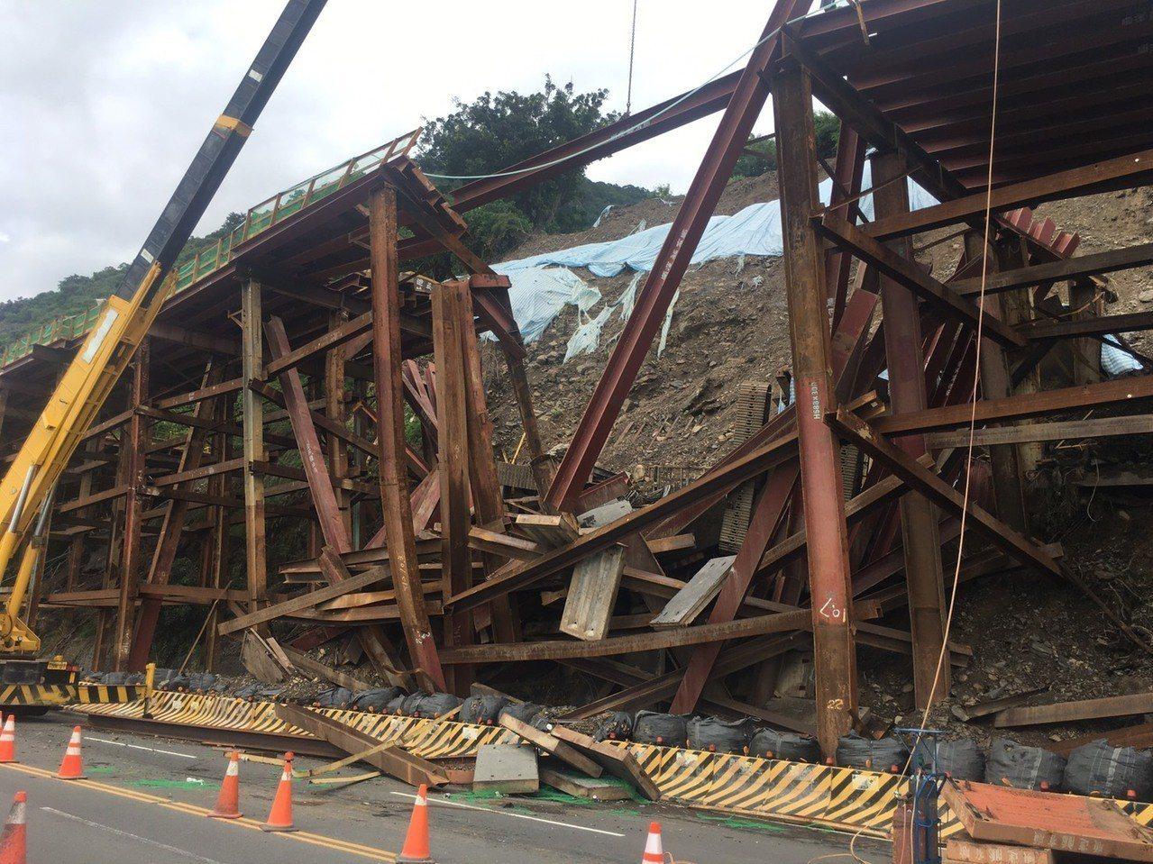 台東昨天雨勢不斷,南迴地區降下大雨,今天早上造成南迴公路420公里旁鐵路改建工程...