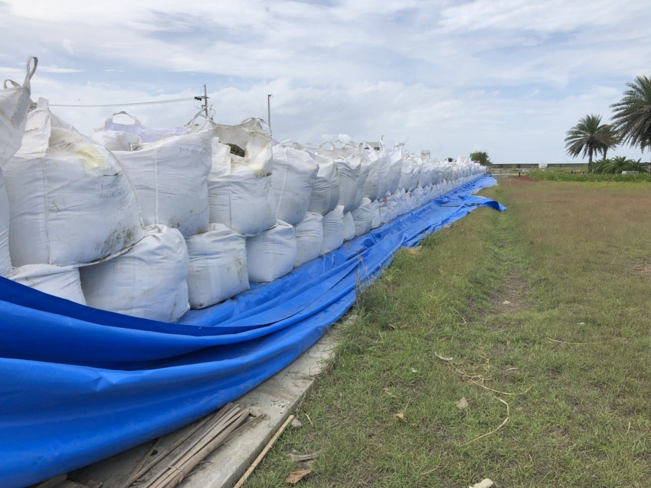 山竹颱風來勢洶洶,台灣港務公司布袋管理處嚴陣以待,上周發包施工用太空包及砂包堆疊...