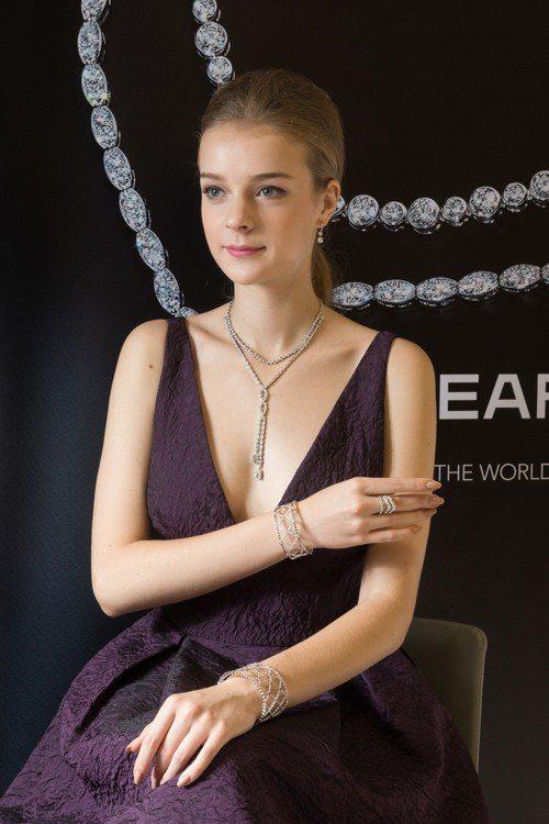 模特兒配戴的Lorelei Floral Convertible 可轉換式鑽石項...