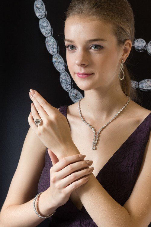 模特兒演繹 Aerial系列珠寶以及11.26克拉DVVS1鑽戒,鑽戒定價6,8...