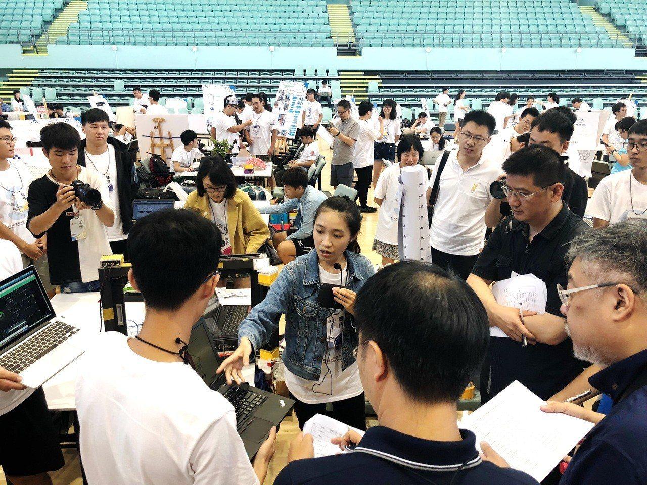 嘉義大學學生陳顗伊解說作品功能與展示。圖/國立嘉義大學提供