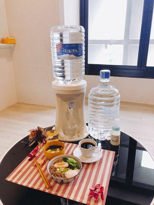 信濃湧水硬度僅16mg/L,非常適合用來料理、泡咖啡、沖調嬰兒奶粉。記者黃筱晴/...