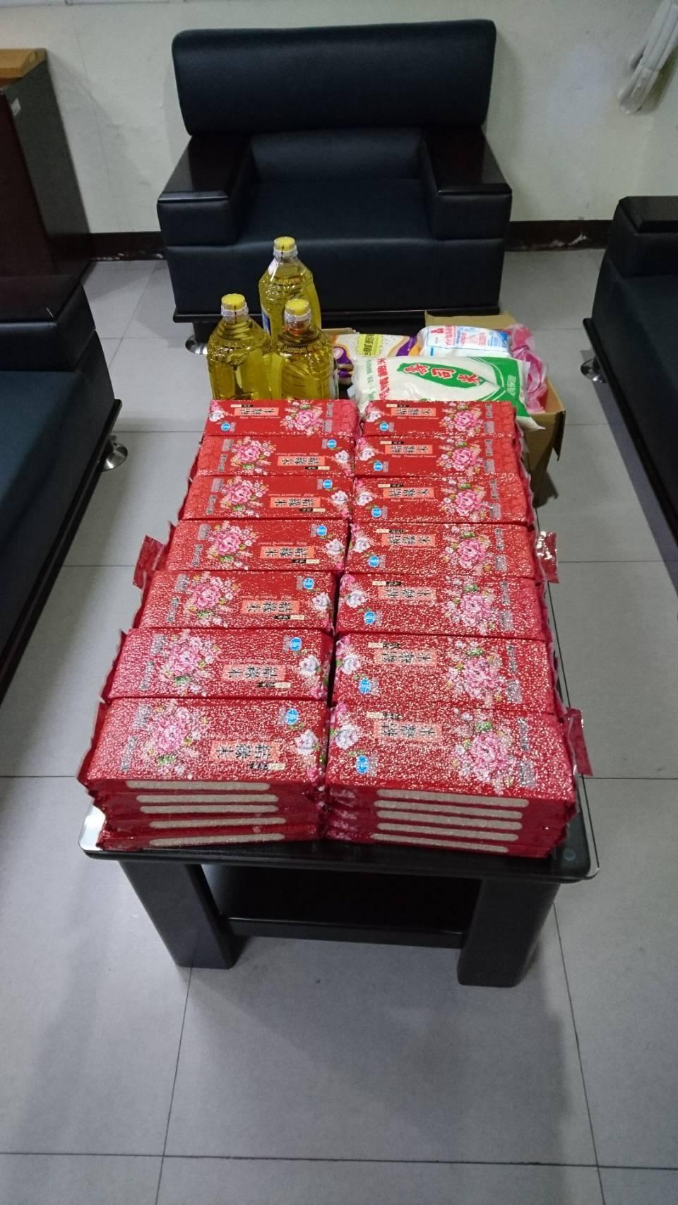 檢方調查村長參選人的賄選物品為一人一袋禮品,袋中有紅色的2包米、一罐2公升沙拉油...