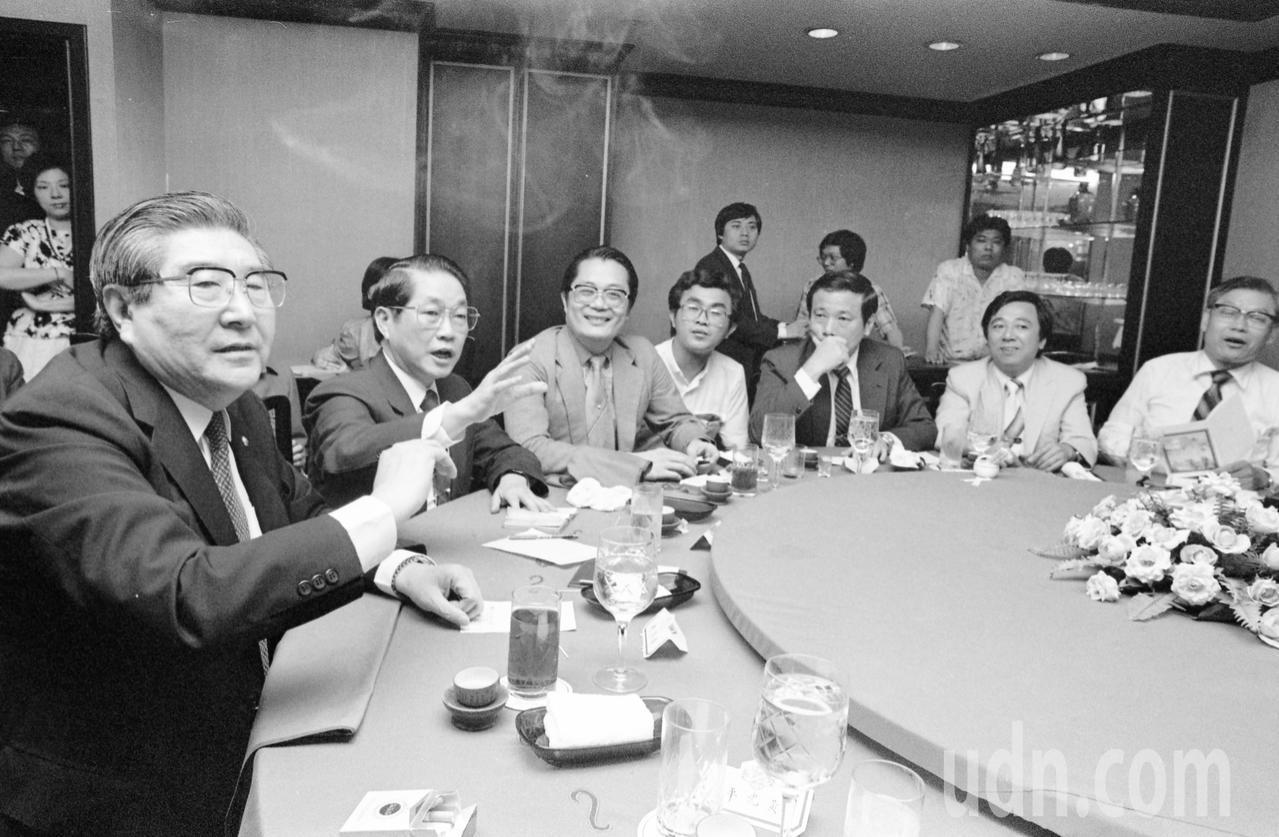 1986年國民黨與無黨籍人士溝通餐會,由國民黨中央政策會副祕書長梁肅戎(左一)、...