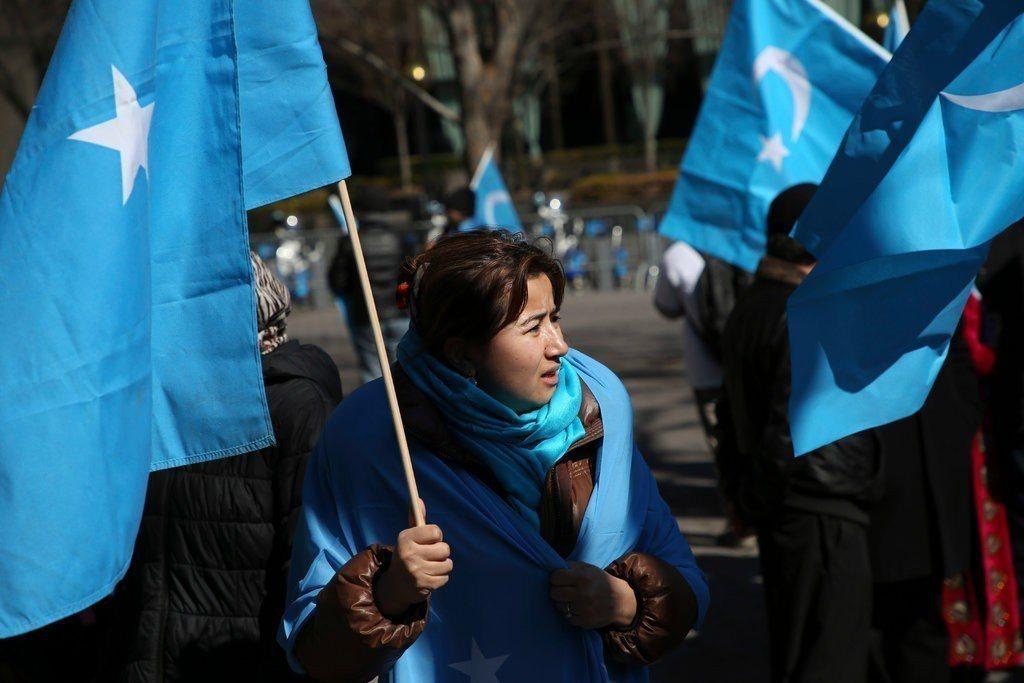 維吾爾人與其支持者3月在聯合國外抗議中國監控西北部的維吾爾人。美聯社