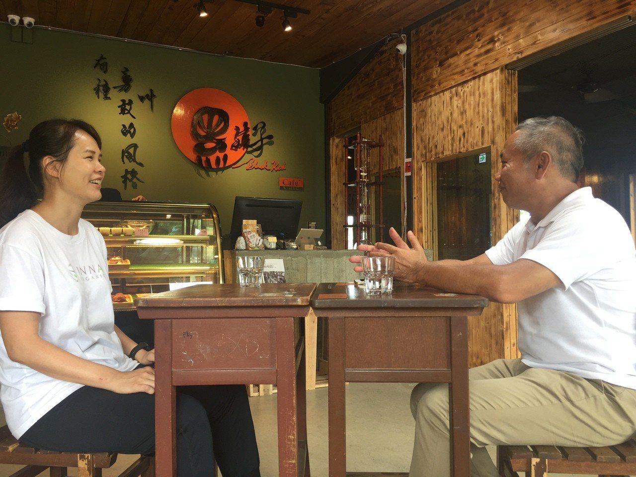 孩子的書屋創辦人陳俊朗(右)與童顏有機公司的童顏長潘思璇(左),在黑孩子咖啡廳討...