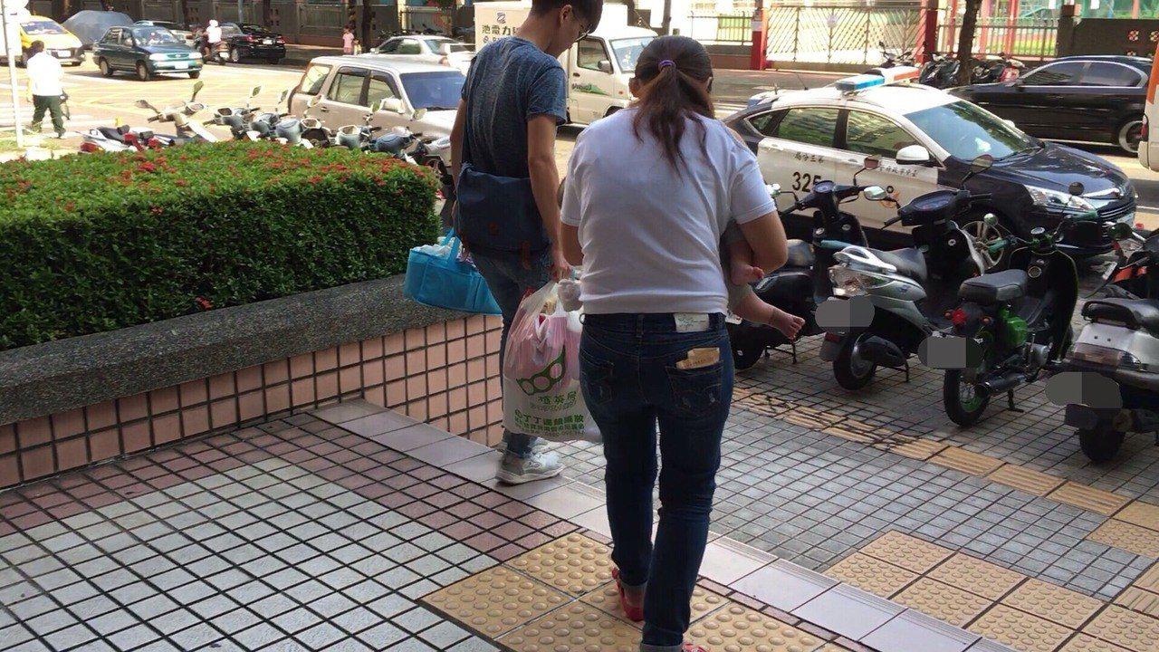 台中警方逮捕毒品女通緝犯,她帶著不到一歲兒子。記者游振昇/翻攝