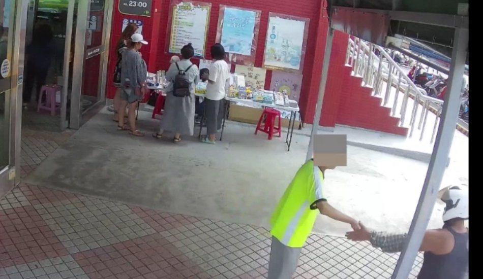 吳嫌(右下方)在家樂福門口,假好心攙扶行動不便老者進而行竊。圖/警方提供