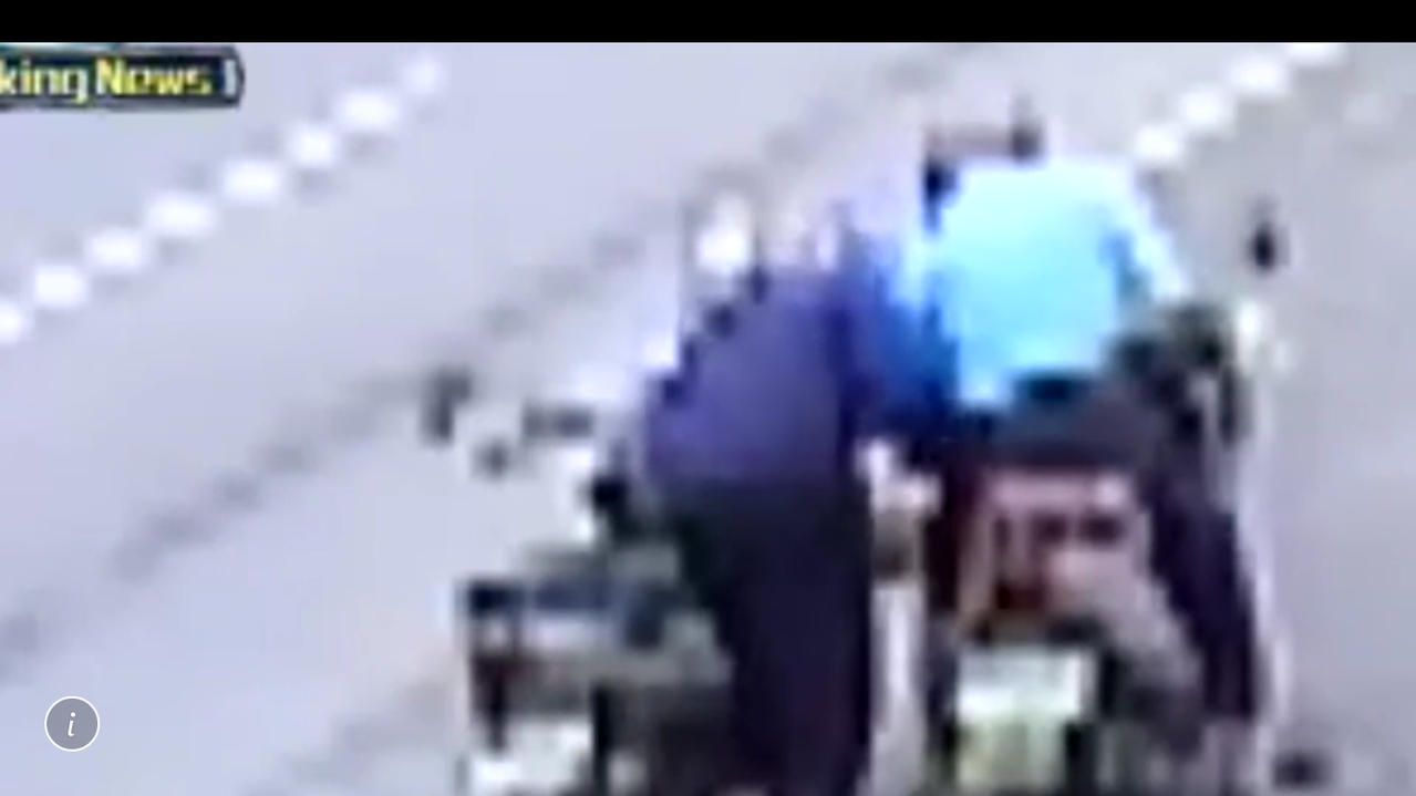 吳嫌(左)假好心幫老者按摩大腿卻偷走老人口袋的現金。圖/警方提供