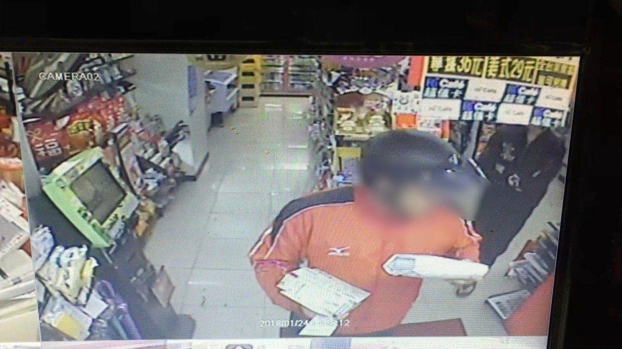 台中市李姓男子與妹妹販售預付卡給詐騙集團,還幫忙收驗證碼與藏有存簿、金融卡的包裹...