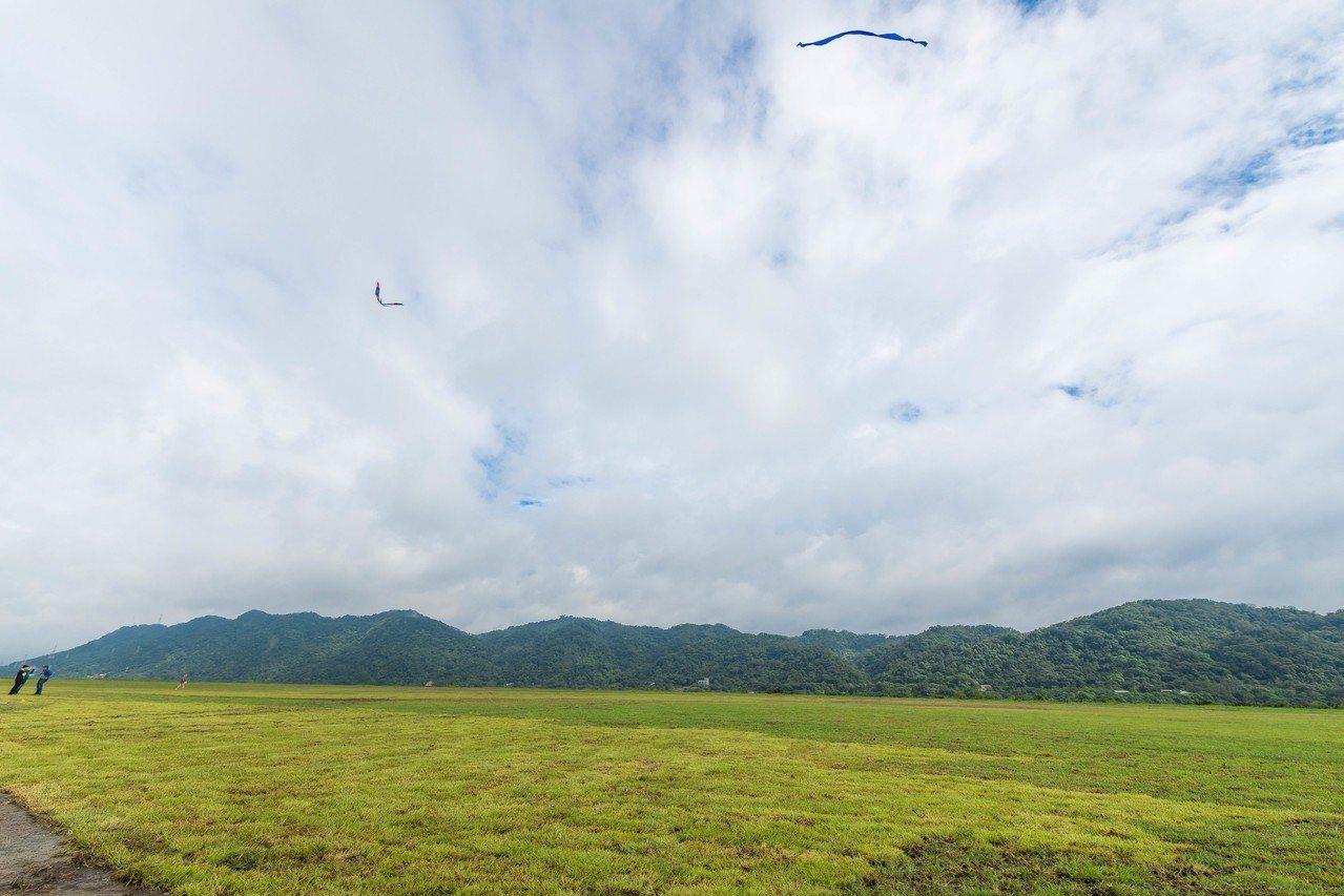 中庄調整池此邊的景觀土丘如同大草原,是桃園新的遊憩亮點。記者鄭國樑/攝影