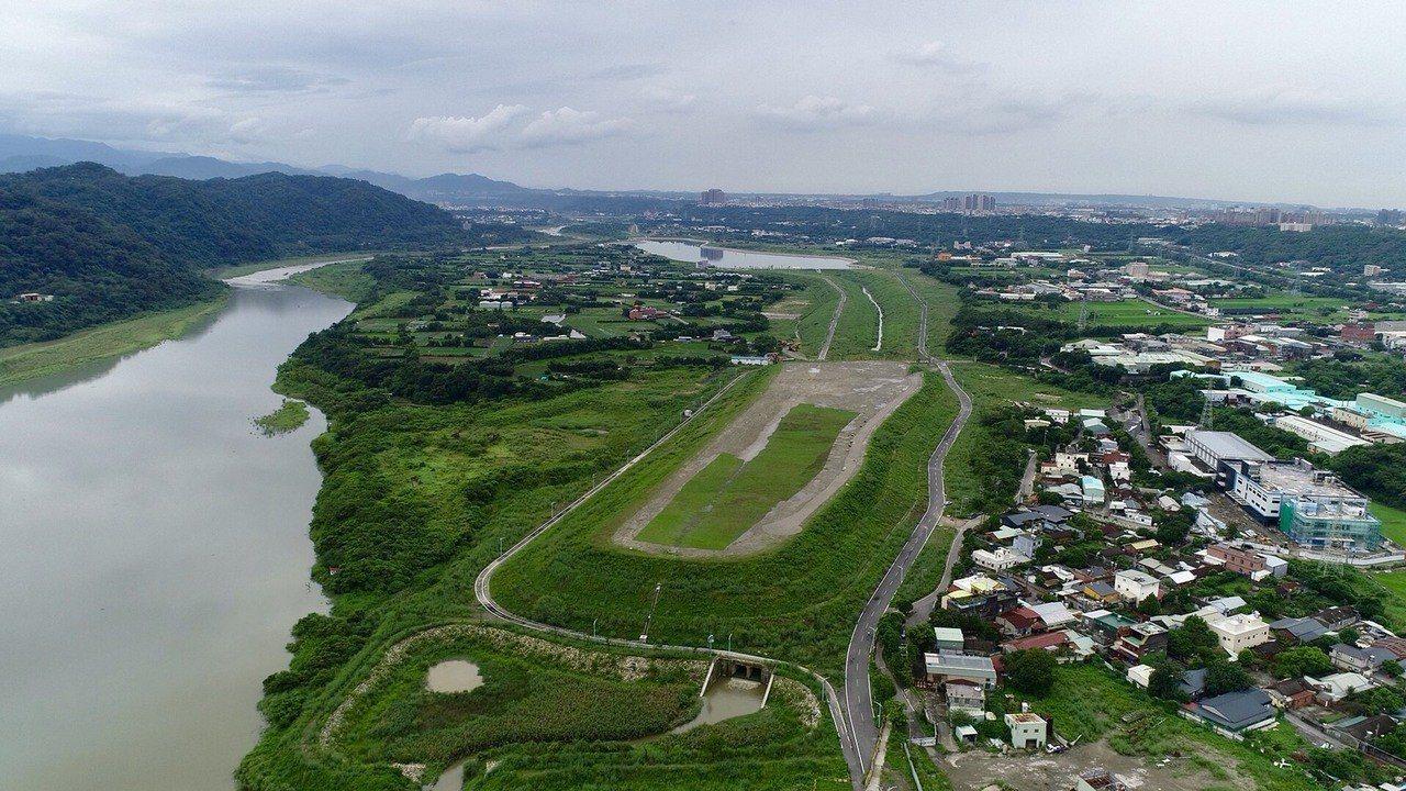 中庄調整池景觀土丘今年8月空拍還有部分未綠化,9月竣工後全部都是綠油油的大草坪,...