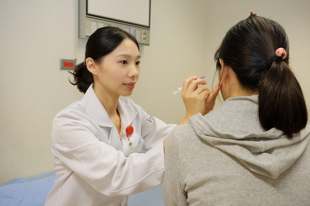 陳文郁醫師(左)提醒,偏頭痛的機轉複雜,除了服藥或考慮自費注射肉毒桿菌紓,建議配...