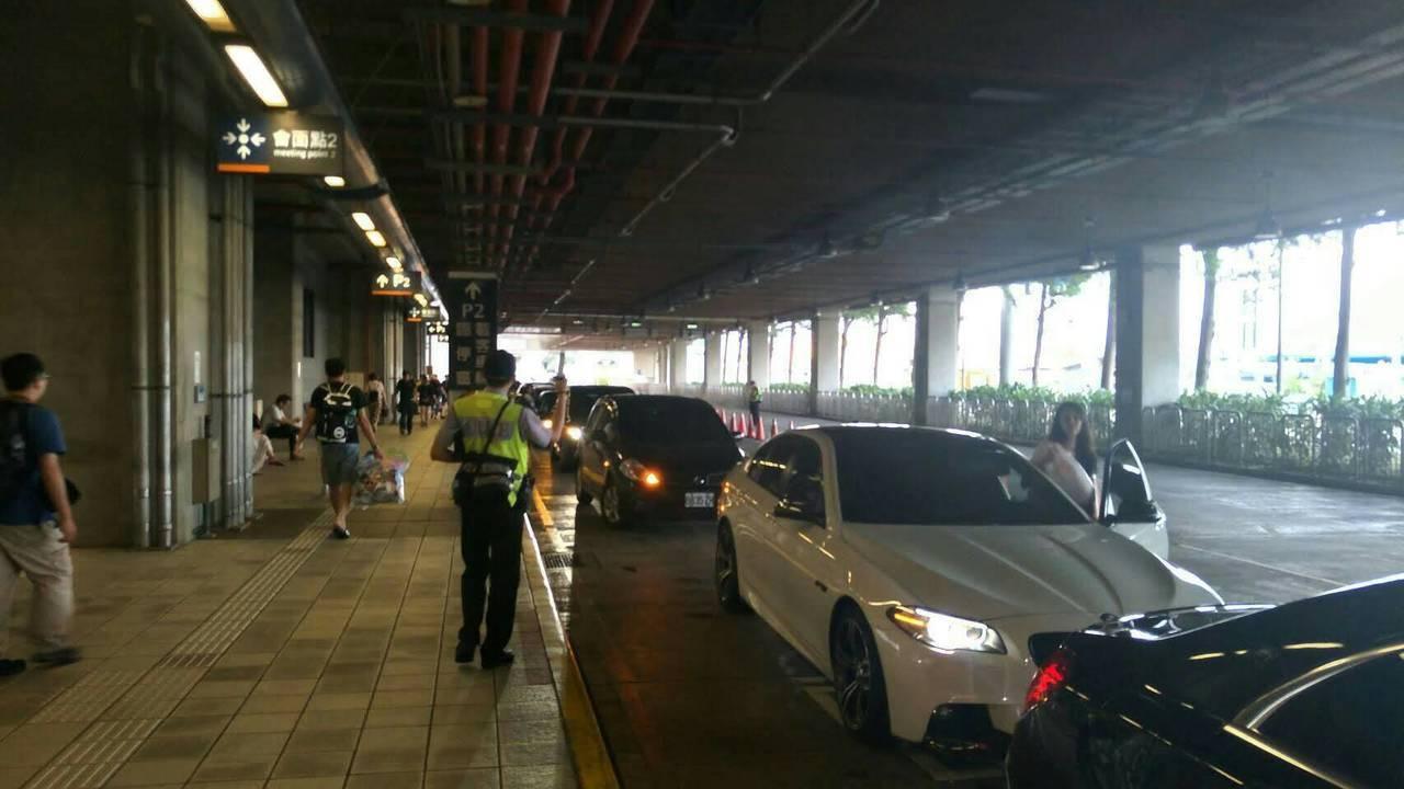 台中市烏日警分局上午指出,1樓7號出口載客區將實施「人等車」交通管制作業,在旅客...