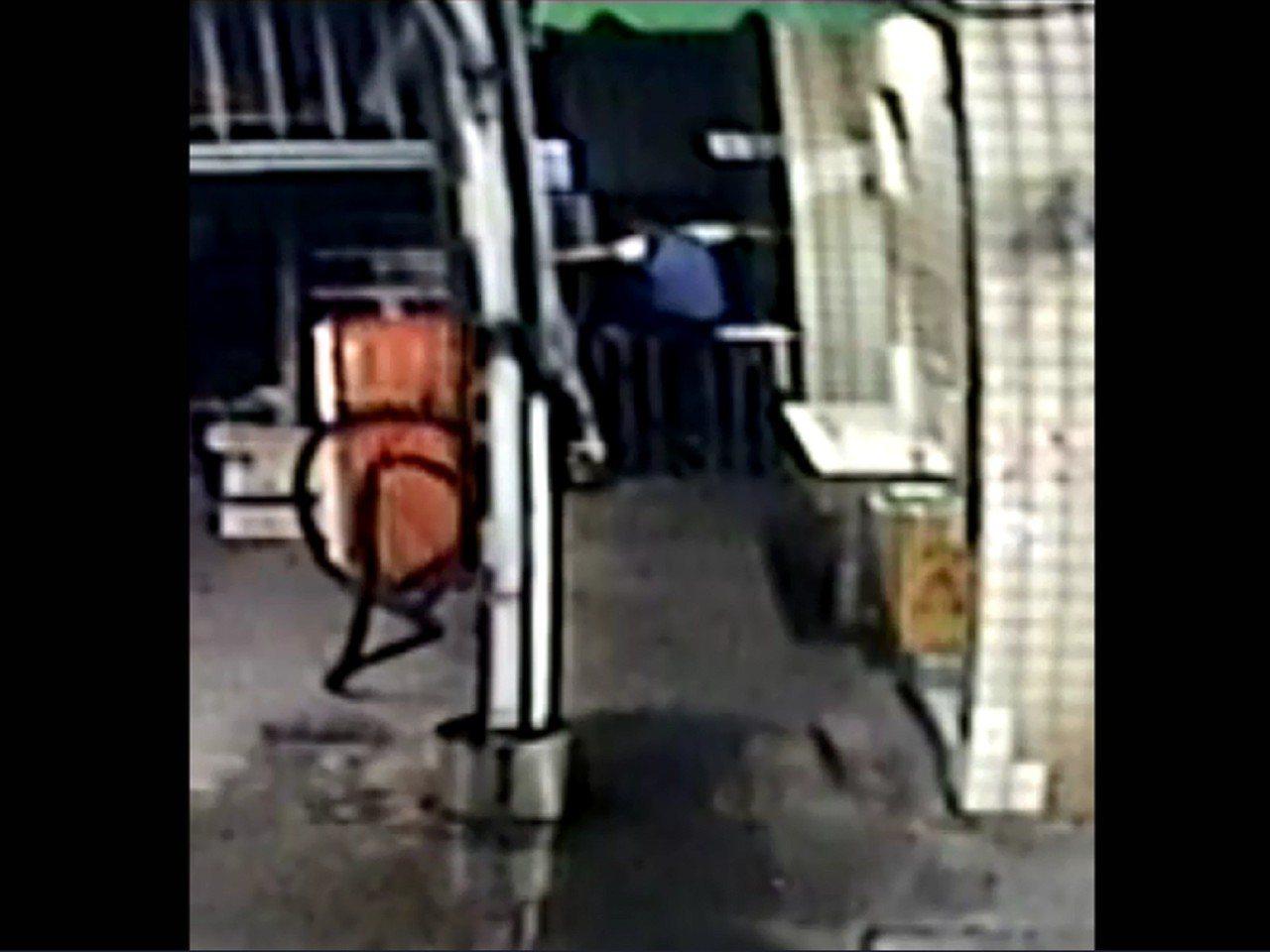草屯鎮林姓加油站員工尾隨女子偷拍其如廁畫面,期間還不斷翻越欄杆,降低被發現機率。...