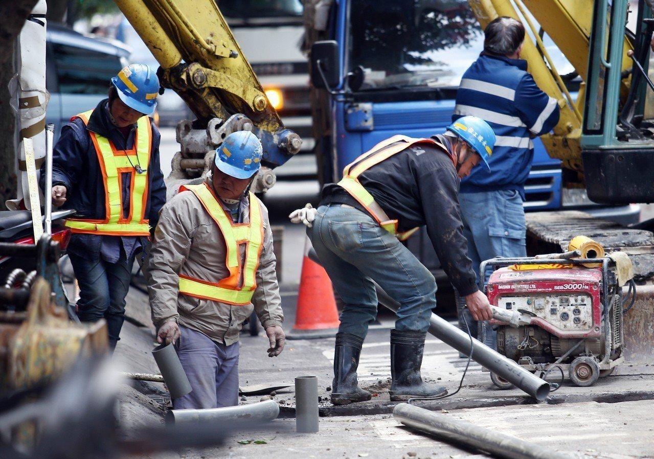 明年起基本工資與時薪雙漲,時薪又比月薪漲幅大,不少人擔心有業者為規避時薪大漲,將...