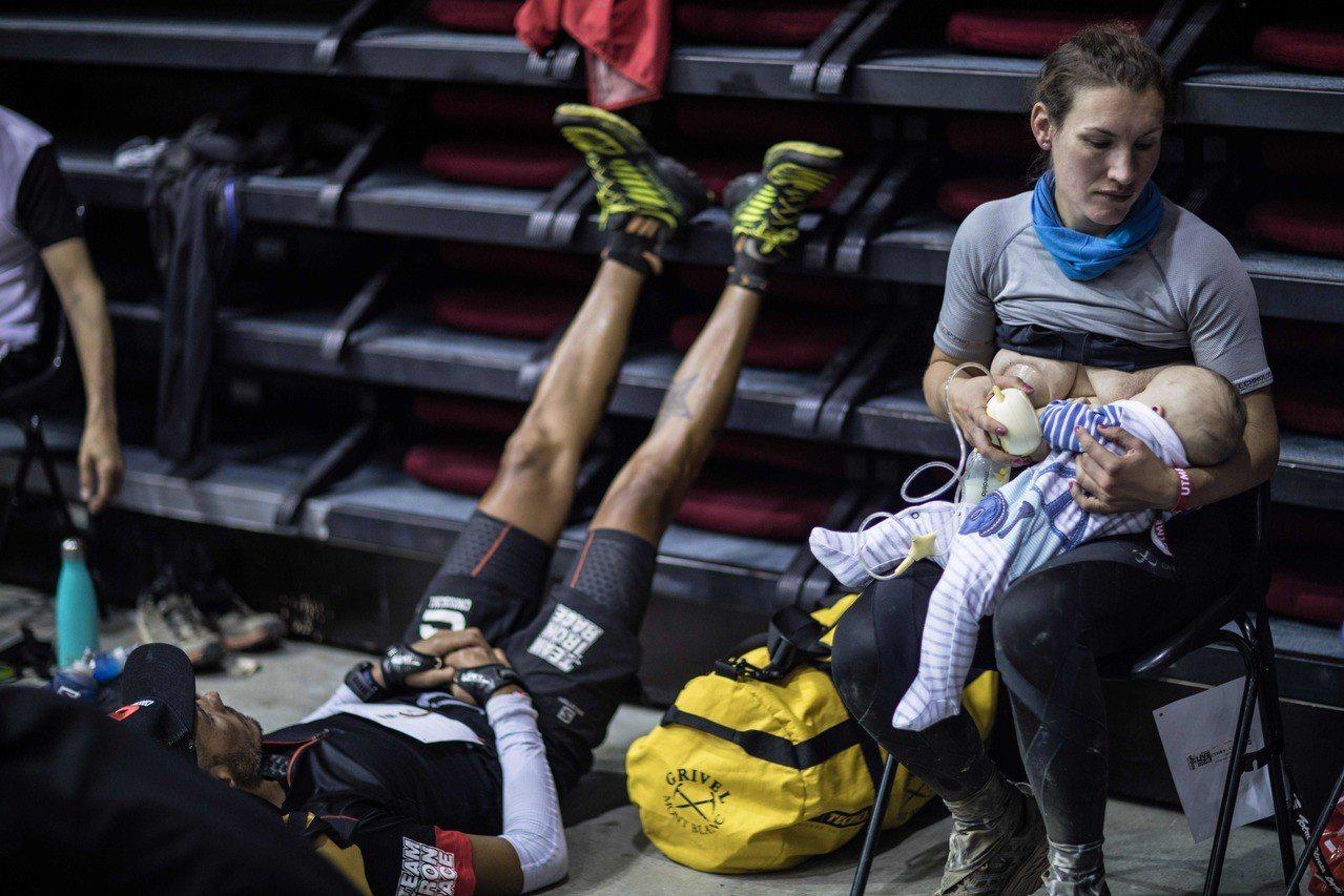 英國媽媽蘇菲‧鮑爾參加超馬賽事,她在補給站哺乳餵3個月大的孩子。法新社