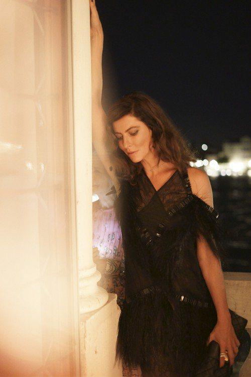 品牌大使安娜莫格拉莉絲以一襲2011春夏黑色羽飾珍珠刺繡絲質洋裝現身,展現狂野戲...