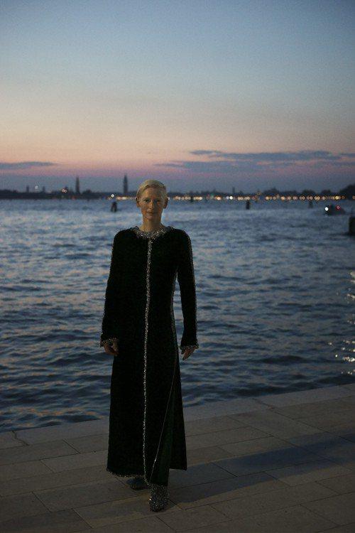 品牌大使蒂妲史雲頓選穿香奈兒秋冬高級訂製服系列的黑色刺繡法蘭絨長洋裝,亮片細節與...