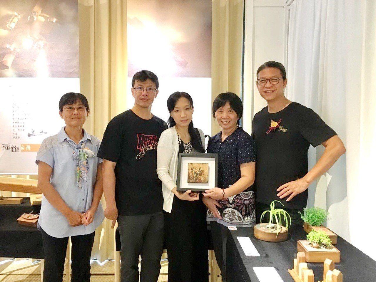 接任台東縣公東高工校長的黃淑英(右二)是靜宜英文系畢業,努力經營學校,要成為東部...