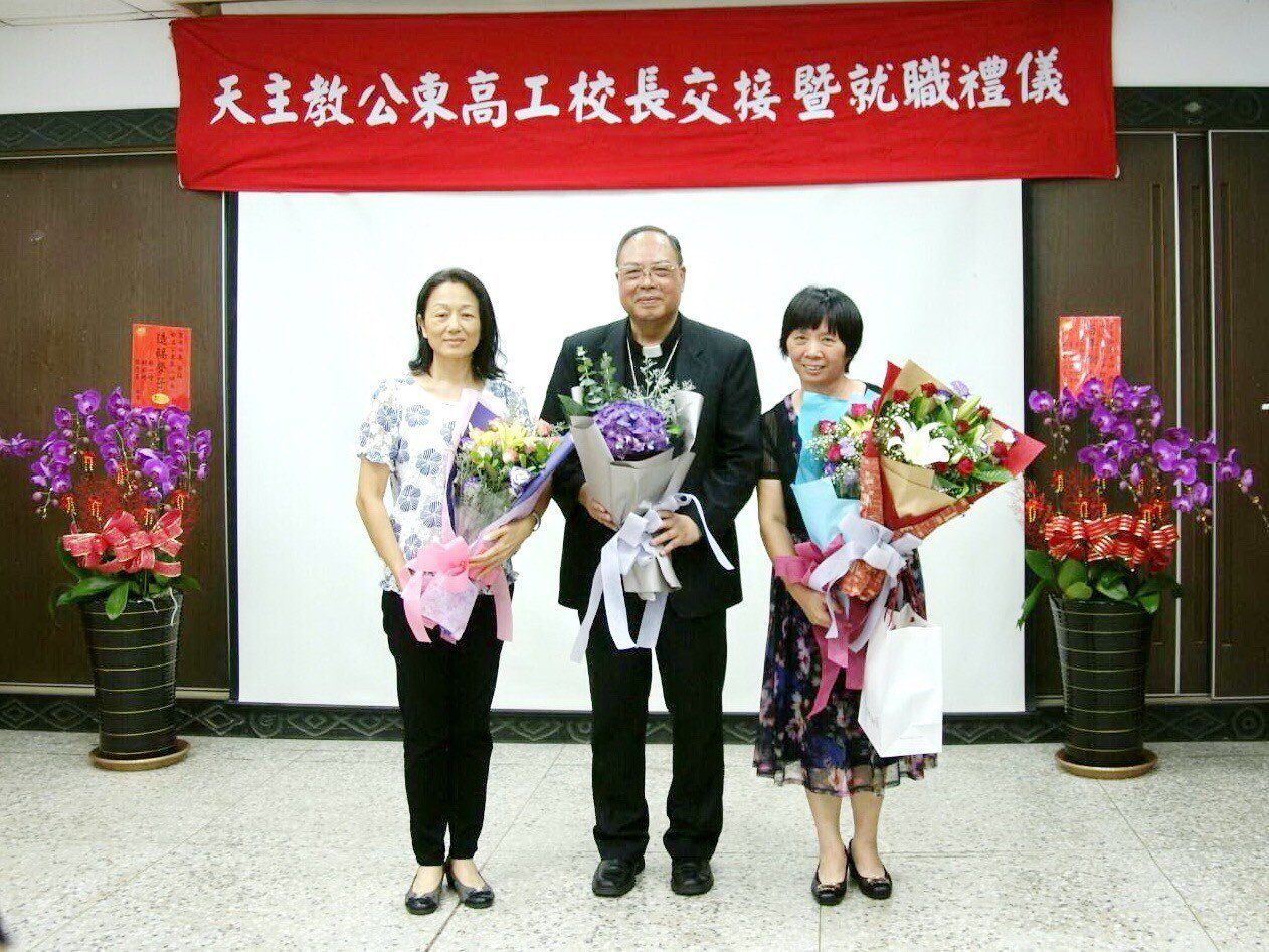 接任台東縣公東高工校長的黃淑英(右)是靜宜英文系畢業,努力經營學校,要成為東部高...