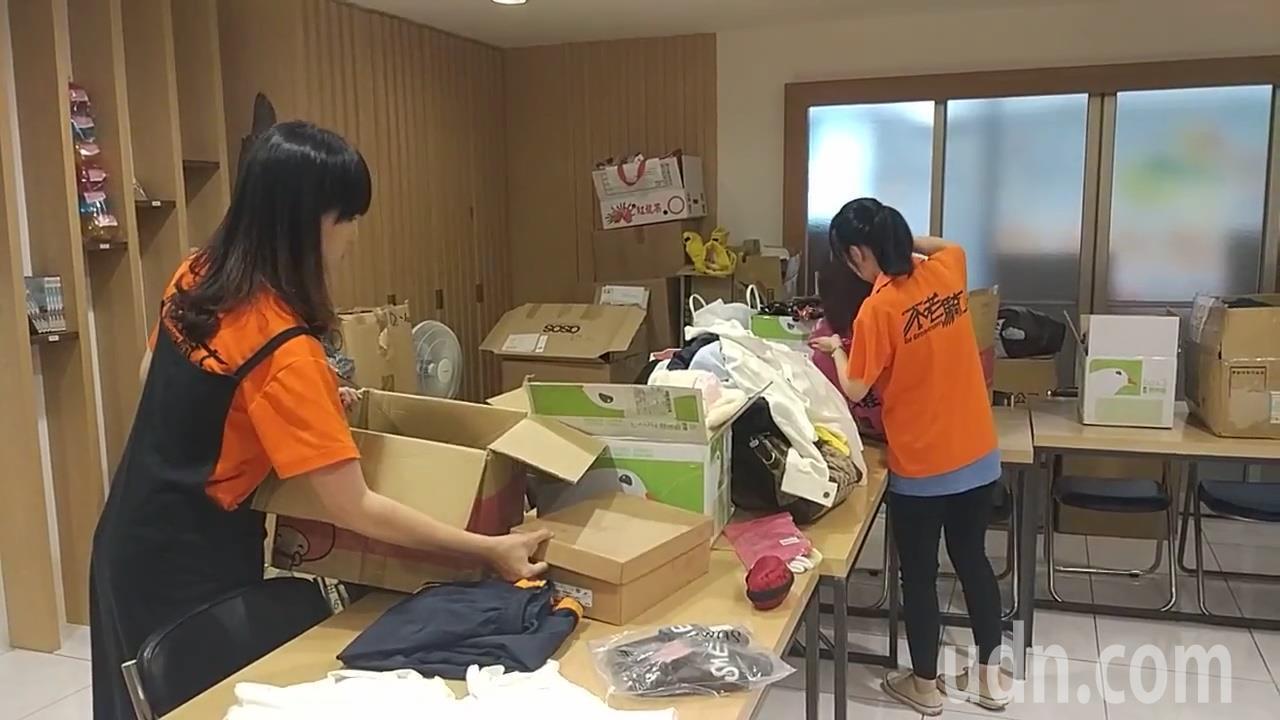 弘道老人福利基金會建議民眾捐二手衣物先前篩選。記者林良齊/攝影