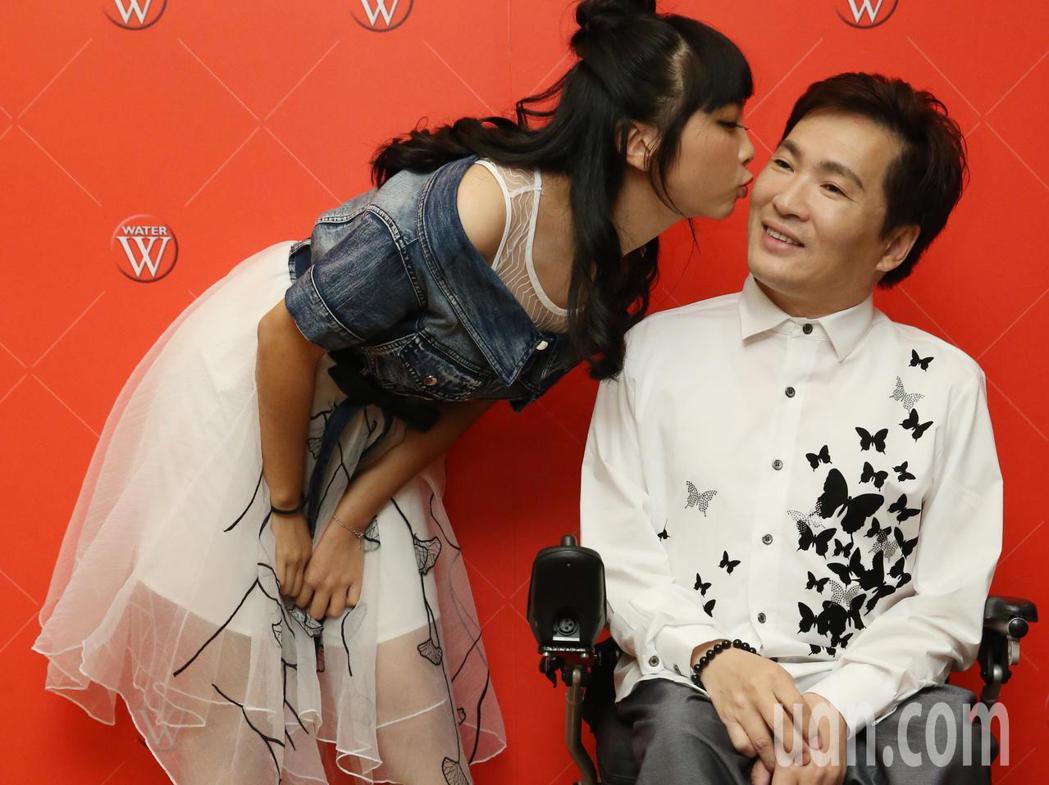 「台灣鴨王」蔡義德「換我呼你靠」發片會女兒蔡伃涵到場獻吻。記者林俊良/攝影