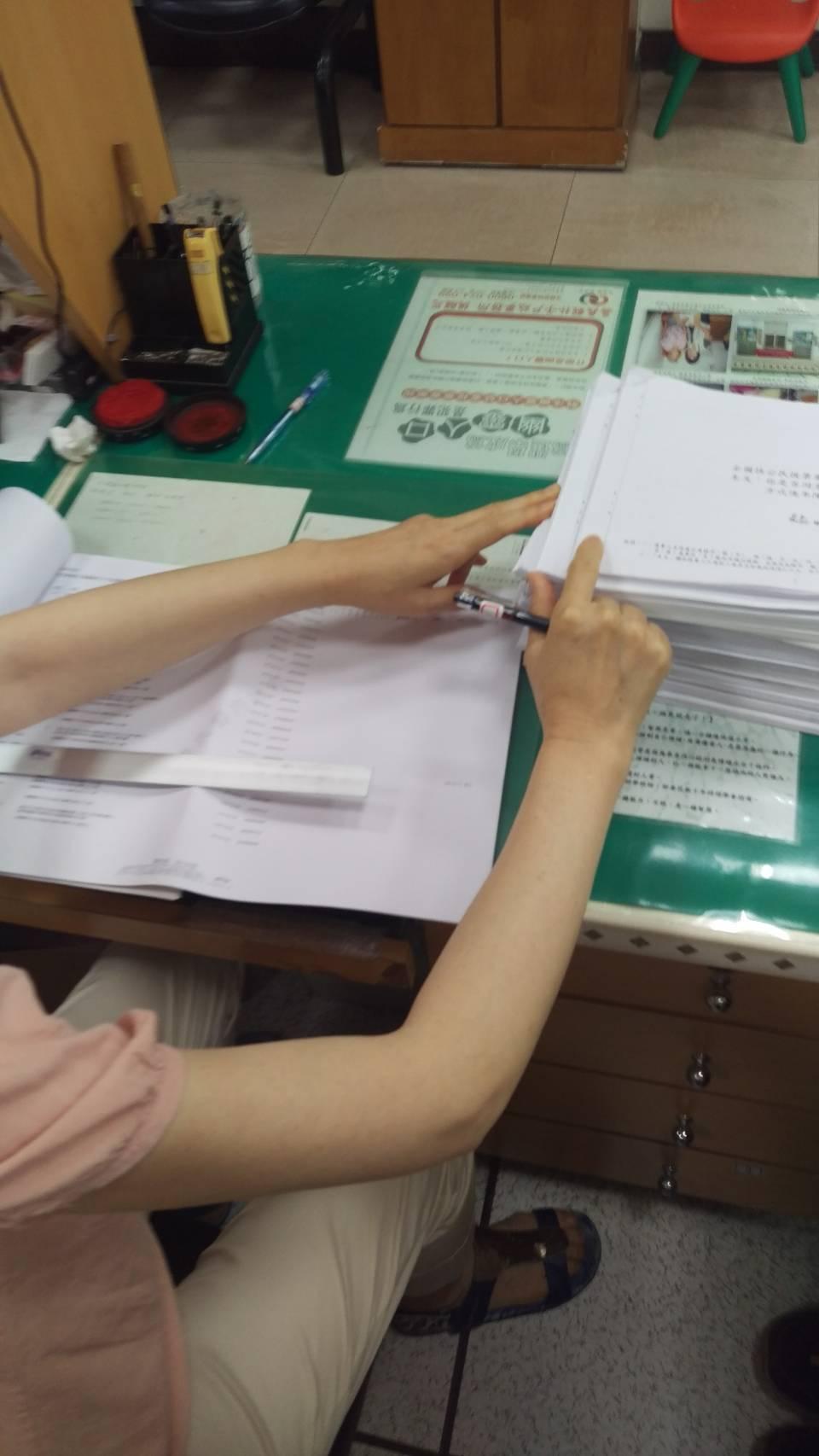 嘉義縣4個戶政所陸續收到9至10件公投案連署人名冊,戶政人員桌上擺滿一大疊待查對...