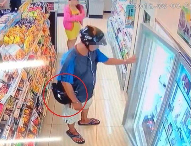 余姓男子涉嫌連偷超商的酒,其中1次背包露出啤酒才露餡。記者林保光/翻攝