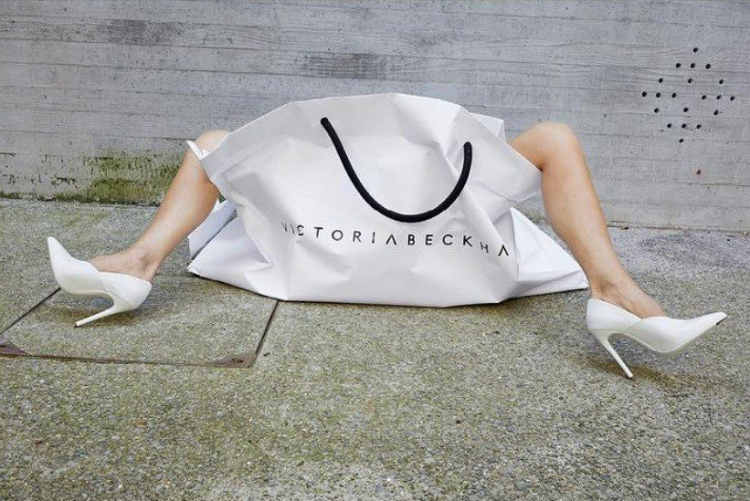 44歲的「貝嫂」維多莉亞‧貝克漢慶祝個人品牌十年,重現十年前初入時尚界時與Mar...