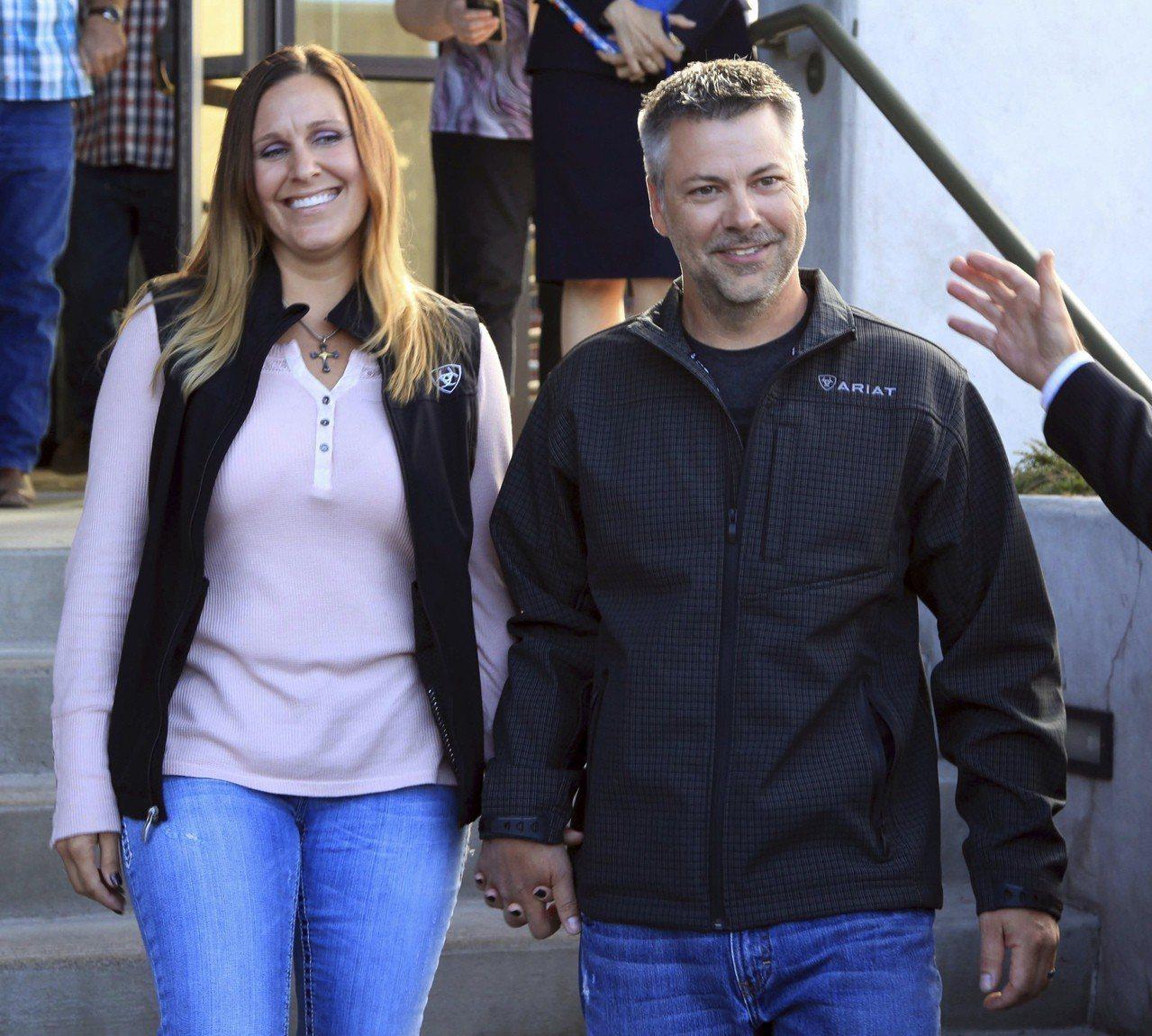 霍納(右)與妻子手牽手並微笑著從法院內走出。取自美聯社