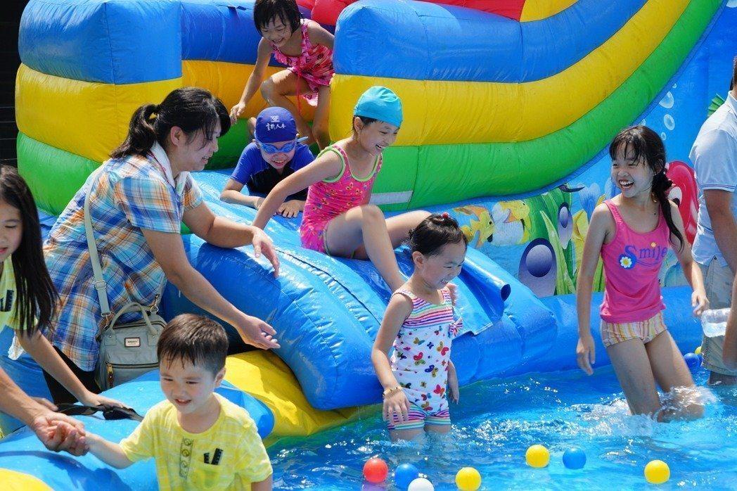 不少業者推出大型的氣墊樂園,讓家長和孩童玩樂,卻也衍生出不少意外,行政院消保處促...