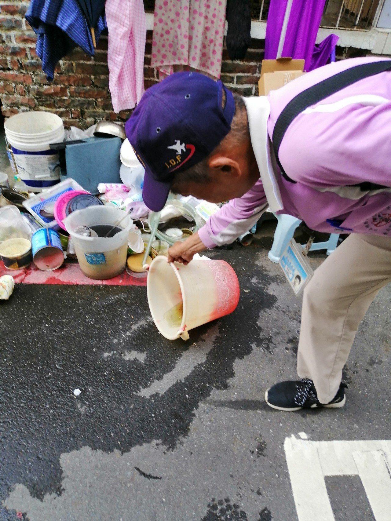 台南市政府防疫人員於本土登革熱個案活動地周邊進行孳生源查核。圖/疾管署提供