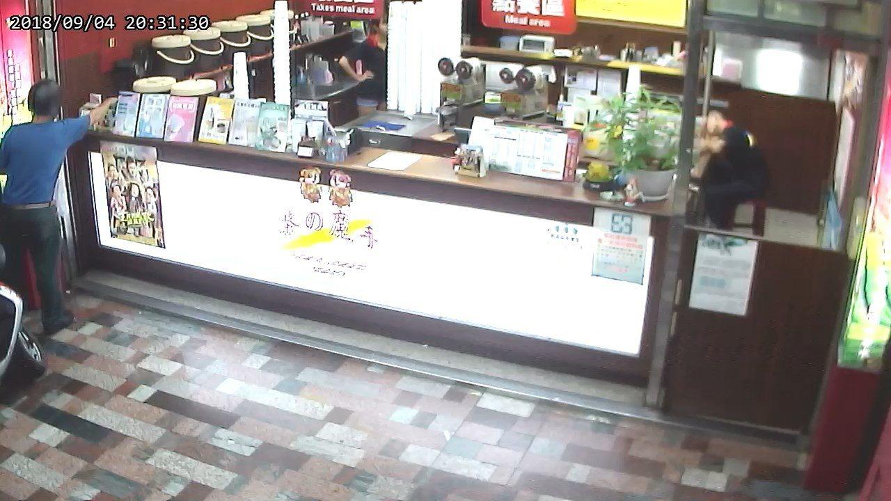 歐4日涉嫌偷走一間飲料店的愛心捐款箱。記者張媛榆/翻攝