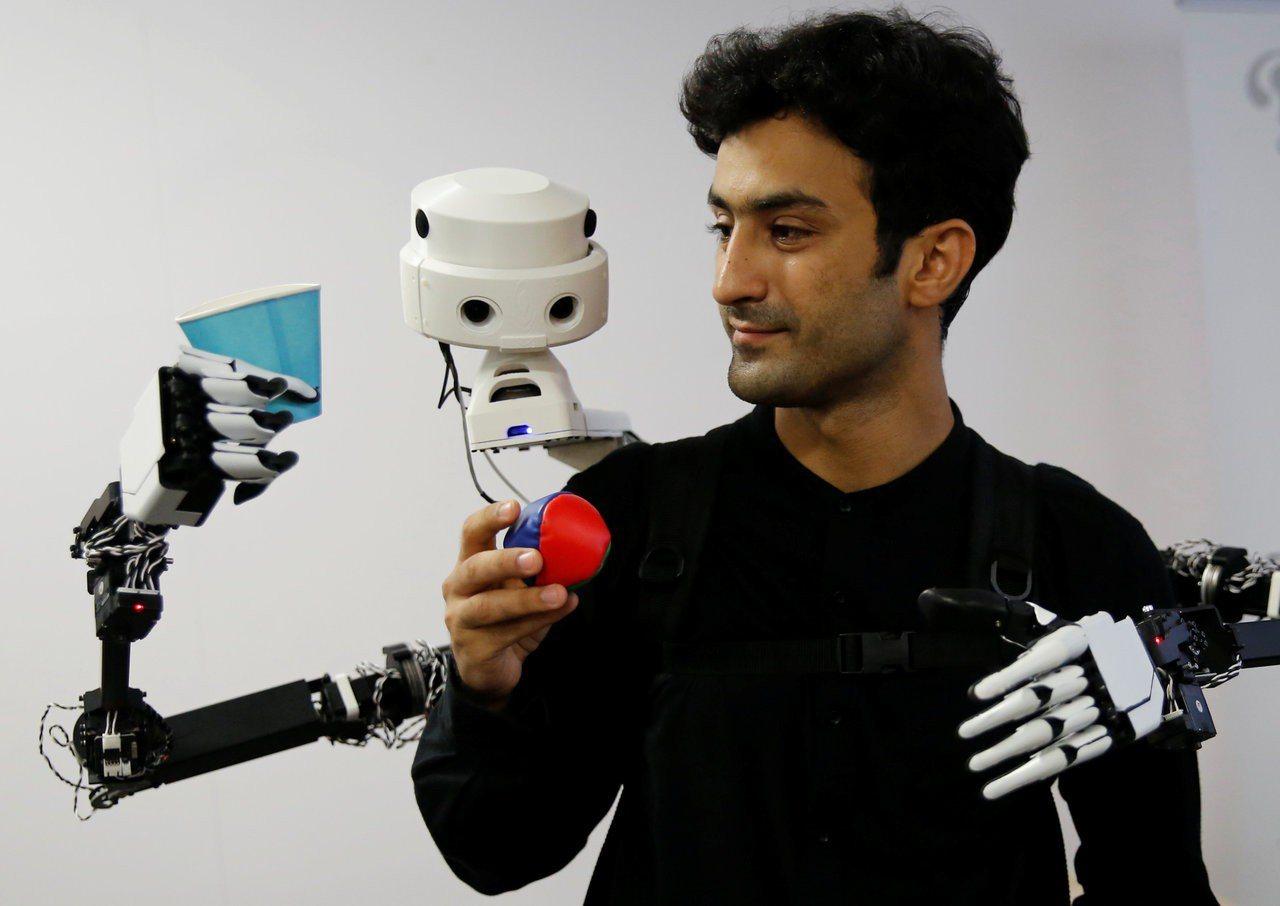 日本東大與慶應聯手,研發出全新穿戴式機械手臂,但不同於一般的是,這對手臂並非由穿...