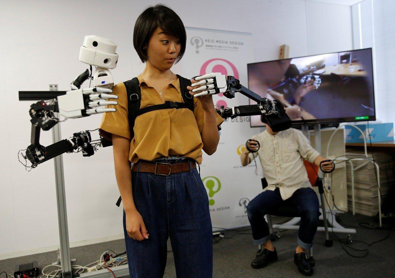 日本東大與慶應聯手,研發出全新穿戴式機械手臂,由另一人透過虛擬實境裝置來操控。路...