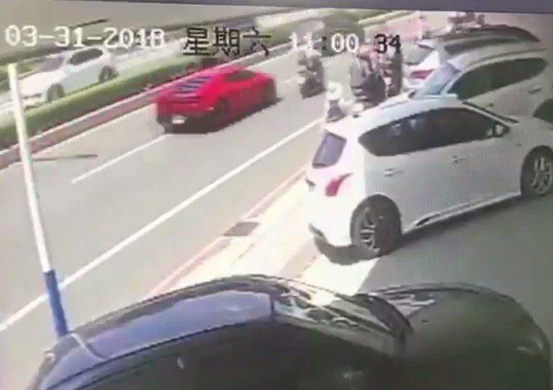 網友提供監視器指控是超車不當釀成車禍。記者林昭彰/翻攝