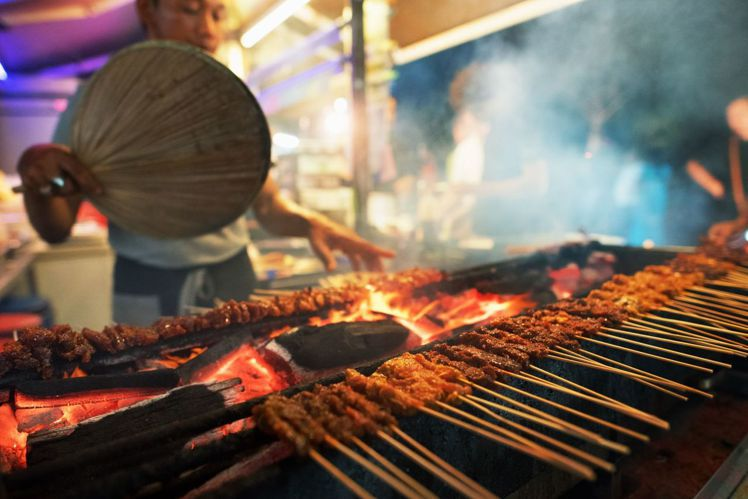 紐頓熟食中心可品嚐多種新加坡代表小吃。圖/新加坡旅遊局提供