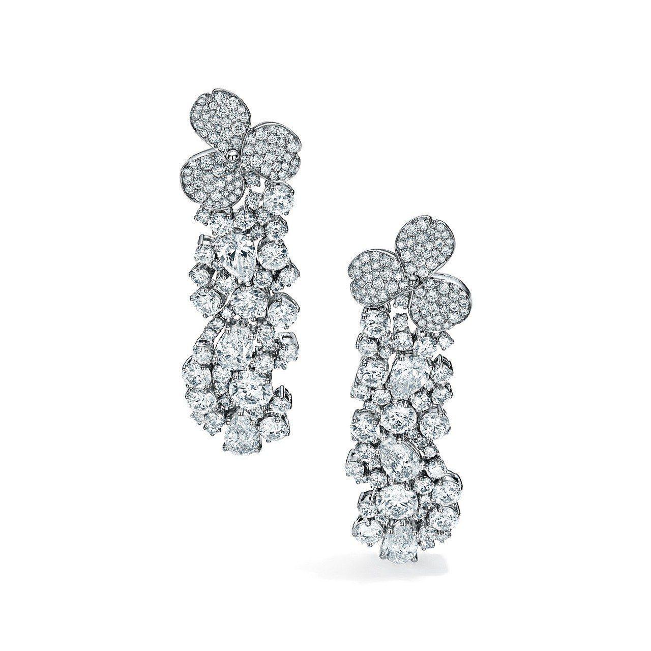 倪妮佩戴的Tiffany Paper Flowers 高級珠寶系列耳環,鉑金鑲嵌...