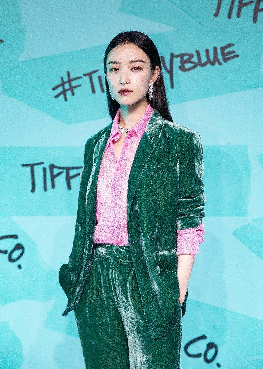 Tiffany品牌代言人倪妮配戴全新的Tiffany Paper Flowers...
