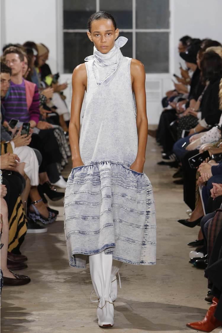 丹寧布料的寬邊長裙是本季的主要輪廓。圖/Proenza Schouler提供