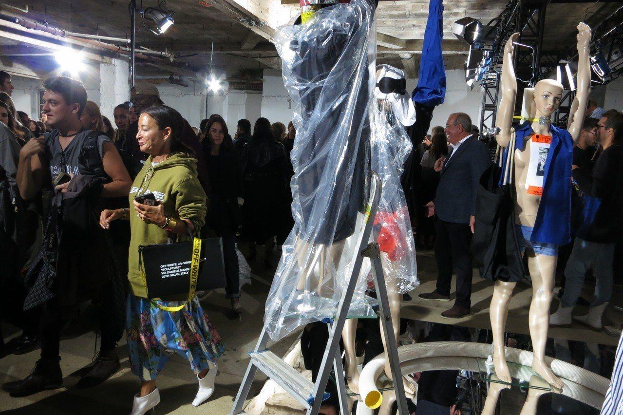 藝術家伊薩根澤肯現場裝置和散場人潮形成有趣對比。記者楊詩涵/攝影