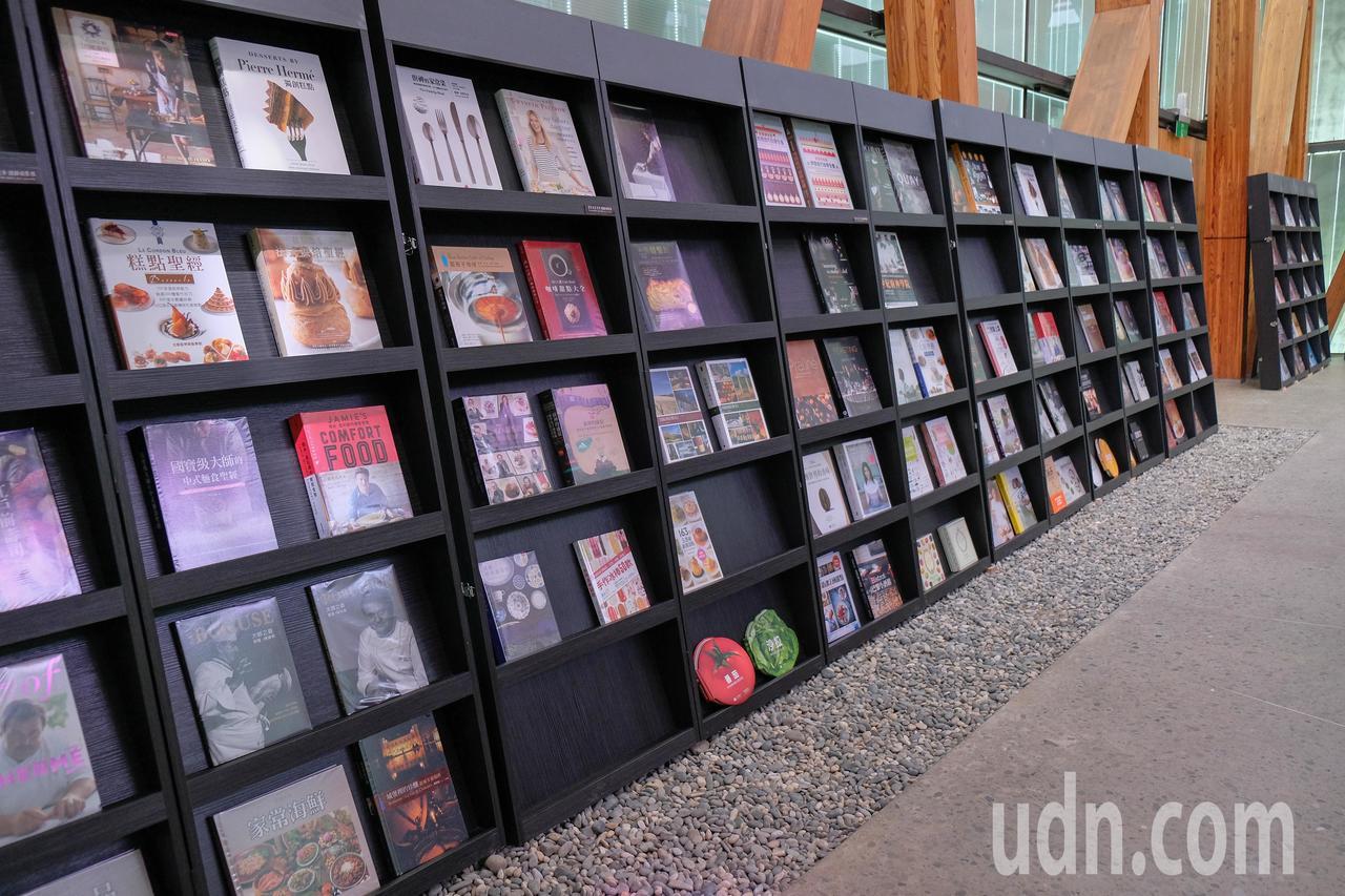 王品集團創辦人戴勝益收藏的餐飲類書籍400本,即日起到9月25日。記者郭政芬/攝...