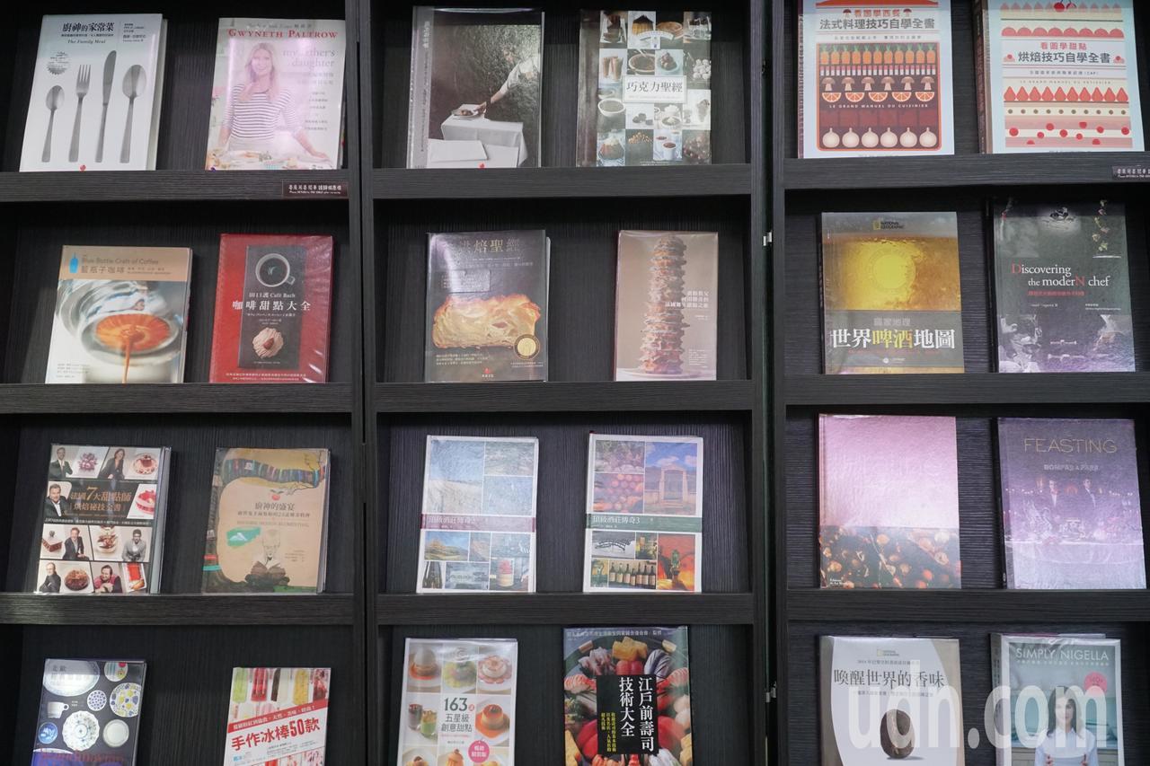 本次書展特與益品書屋合作,並將場域拉至新瓦屋,希望能讓喜愛閱讀的民眾一次飽覽百本...