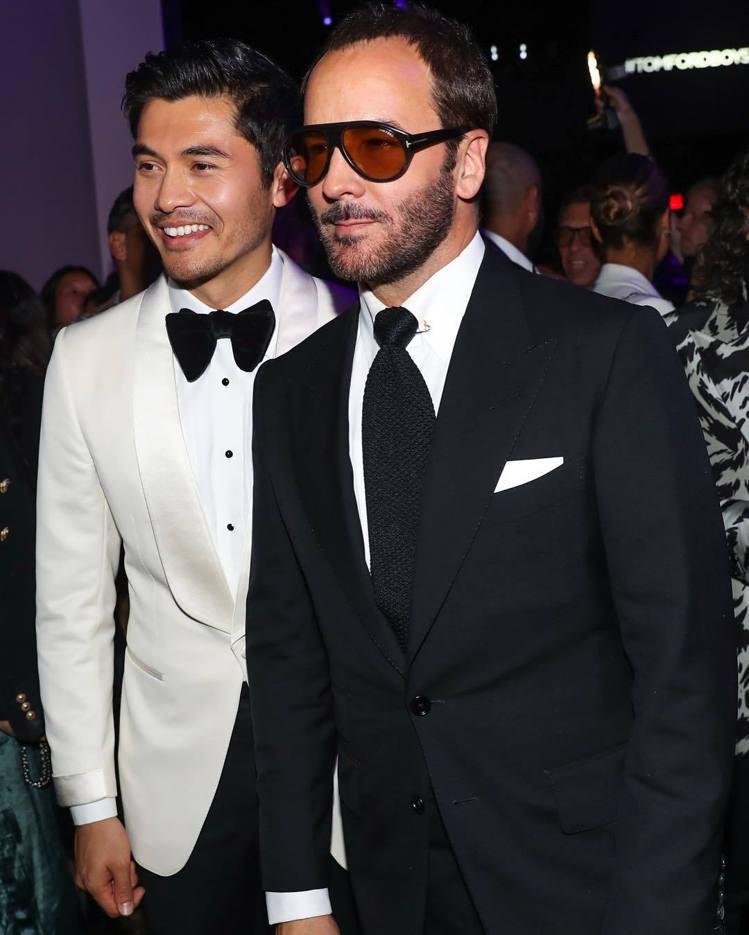 亞裔男星亨利高汀身穿白色晚宴服,與自己的時尚偶像Tom Ford合照。圖/摘自i...