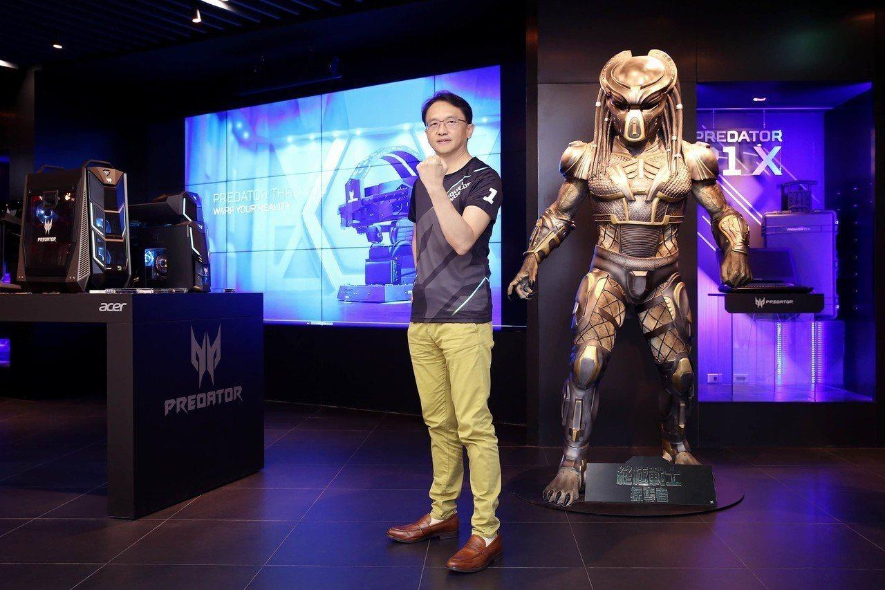 宏碁董事長陳俊聖與電影「終極戰士:掠奪者」的塑像合影。 圖/宏碁提供